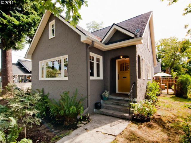 11609746 0 Under Contract: Super Stylish Bungalow in Alberta Arts